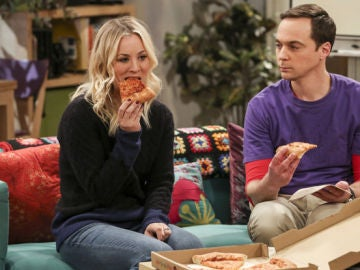 Penny (Kaley Cuoco) junto a Sheldon (Jim Parsons) en 'The Big Bang Theory'
