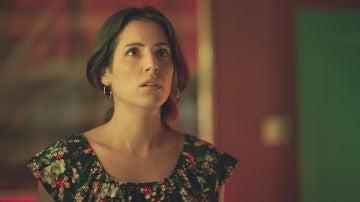 Claudia le entrega a Zapata las pruebas que podrían inculpar a Hugo en el asesinato de Philip Norman