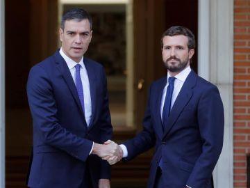 Pedro Sánchez y Pablo Casado se reúnen en Moncloa