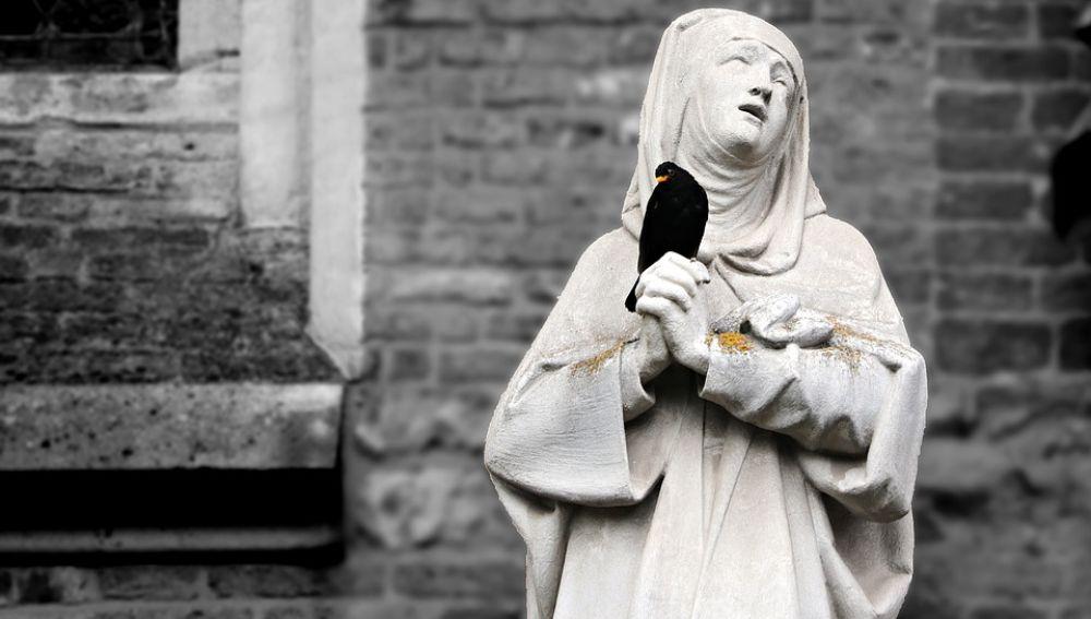Estatua de una monja (archivo)