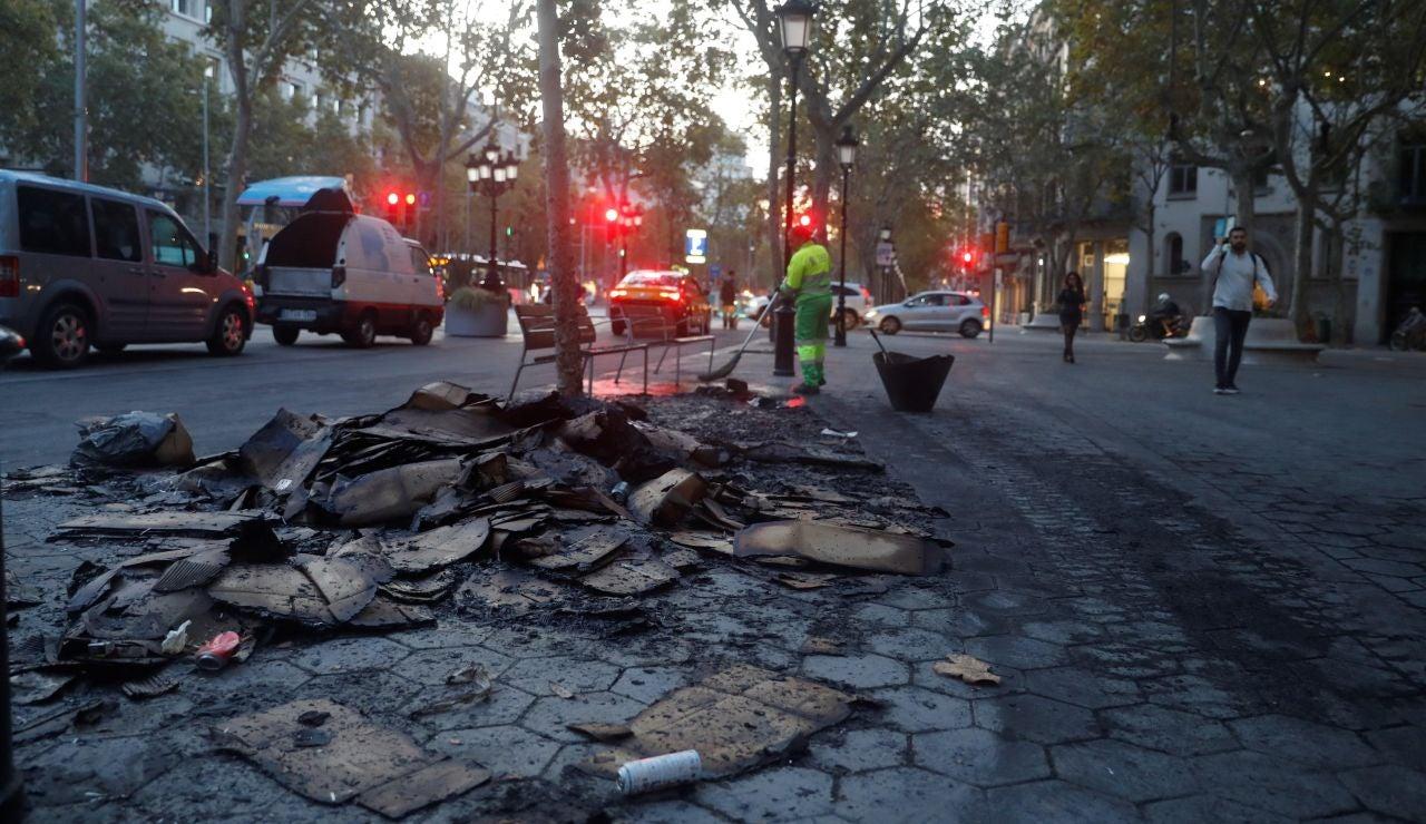 Operarios trabajan en la limpieza del centro de Barcelona