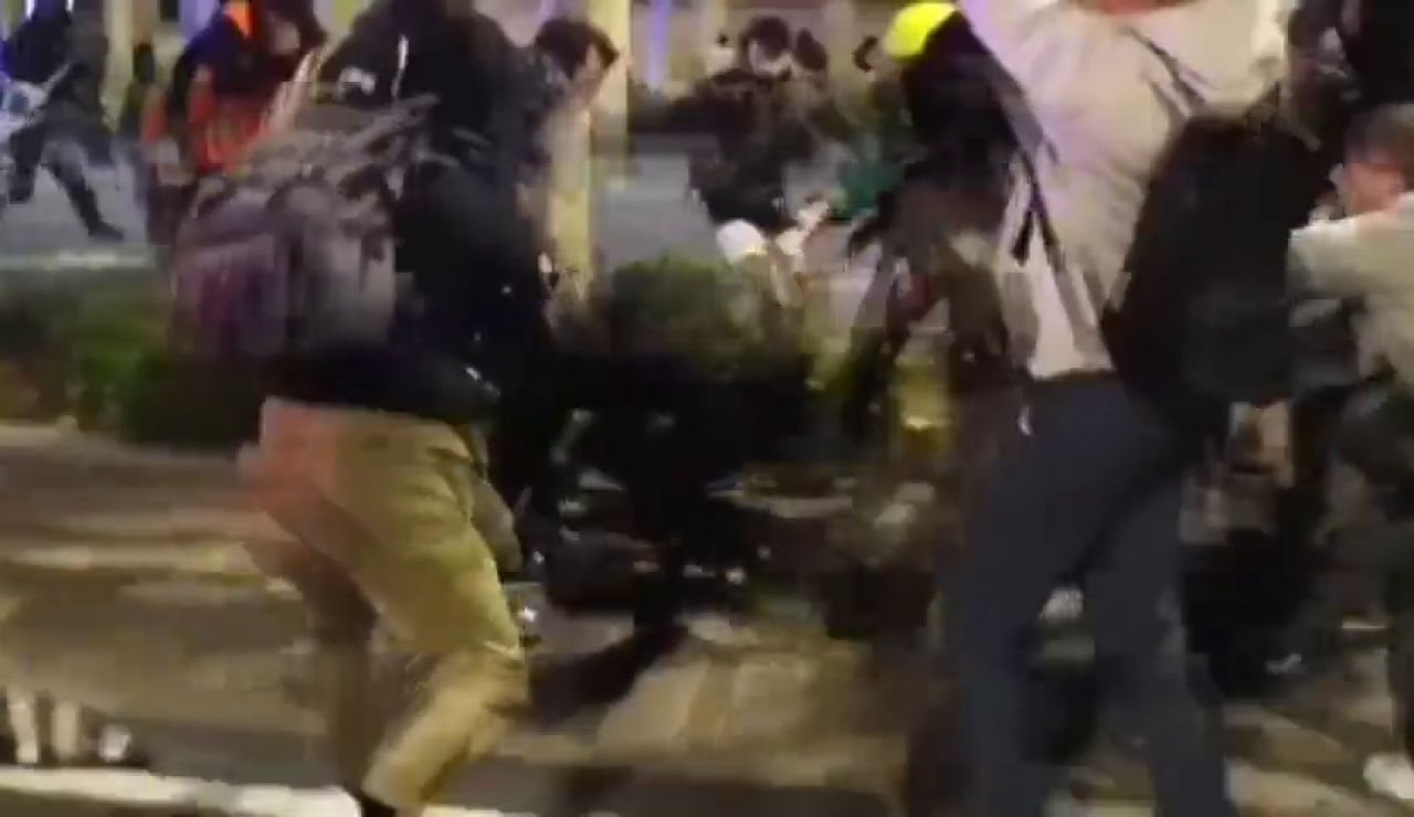 """Violentos atacan a un mosso al grito de """"Matadlo, matadlo"""" en el centro de Barcelona"""