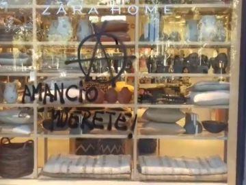 """Un grupo de manifestantes escribe """"Amancio muérete"""" en una tienda de Zara de Girona"""