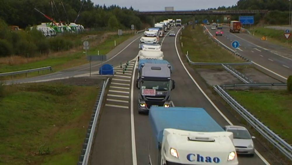 Un centenar de transportistas se dirigen hacia Madrid para protestar por el cierre de la central térmica de As Pontes