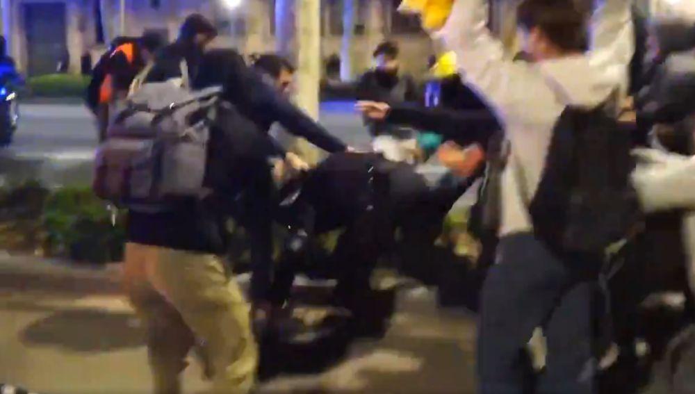 Manifestantes golpeado a un mosso