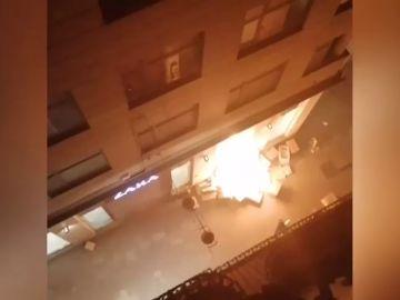 Los manifestantes incendian una tienda de Zara en Lleida