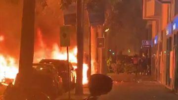 REEMPLAZO Grupos de radicales queman varios coches durante las protestas en Barcelona por el 'procés'