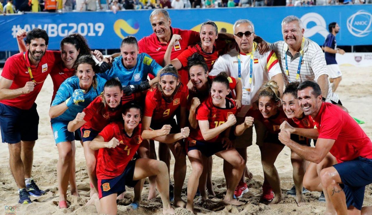 La selección española femenina de fútbol-playa, tras proclamarse campeona del mundo en Doha.