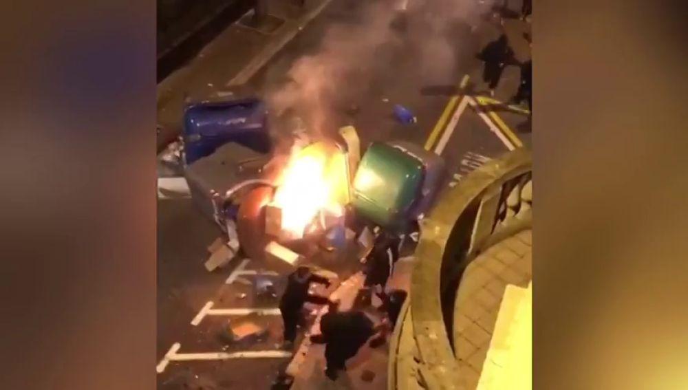 Los manifestantes radicales atacan a un vecino que intentaba apagar unos contenedores