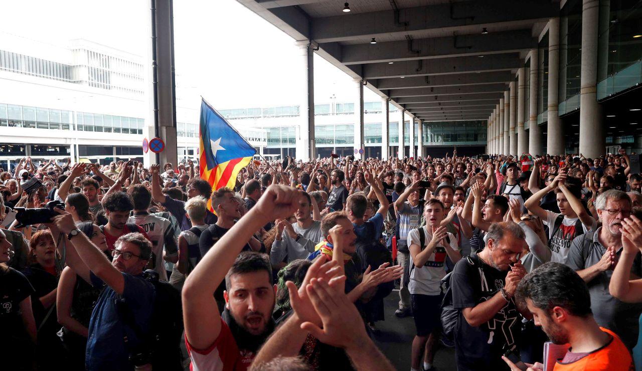 Miles de personas se concentraron este lunes en el aeropuerto de El Prat