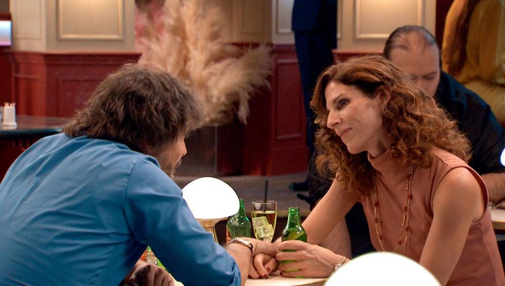 Armando sorprende a Julia y a Guillermo en un momento cómplice