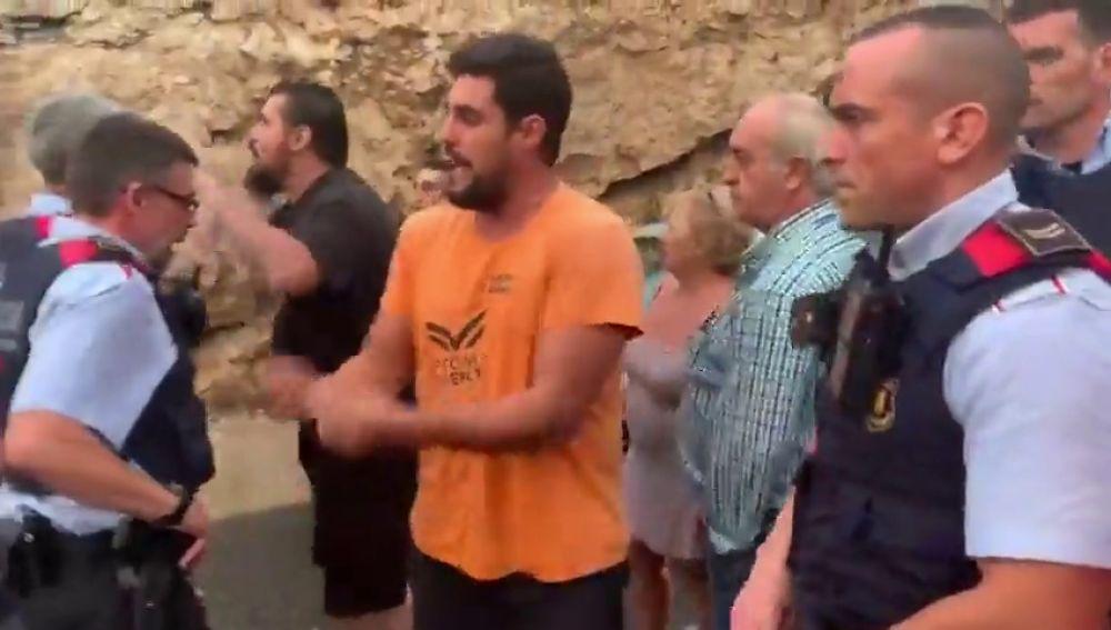 """El vídeo del enfado de los conductores con los mossos por los cortes de tráfico: """" A mi me quitas las llaves y a ellos no"""""""