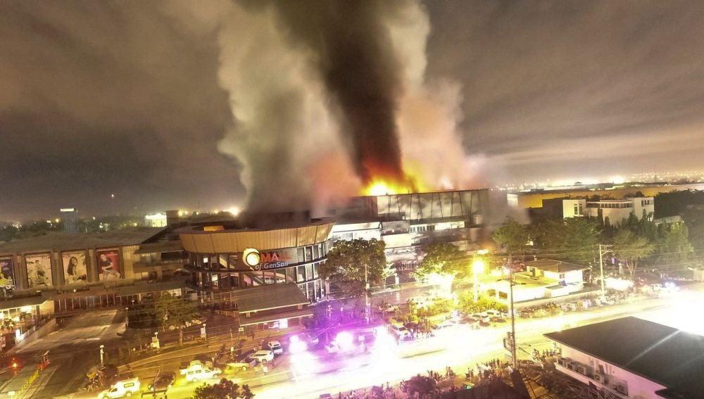 Fotografía tomada desde un dron de un centro comercial en llamas a causa del terremoto