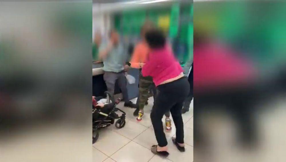 Pelea en un supermercado tras intentar una mujer robar varios productos que escondía en el carro de su hijo