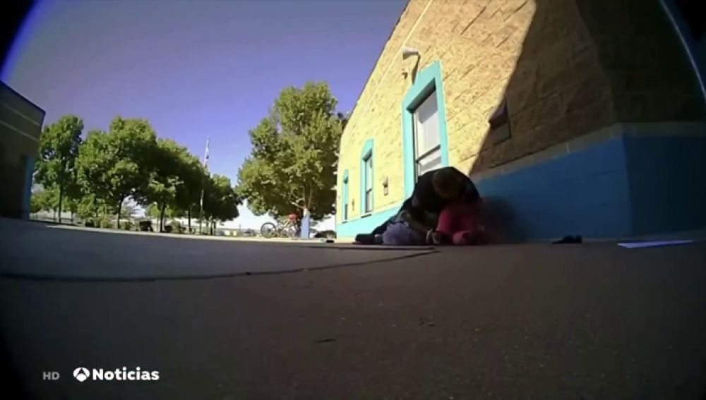 Nuevo caso de abuso policial en Estados Unidos: un agente reduce a una niña de 11 años en la puerta del colegio