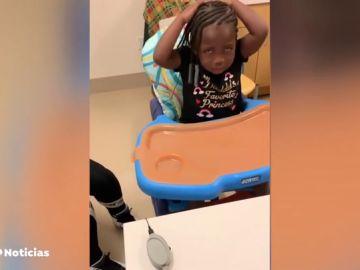 Una niña de tres años se emociona al escuchar por primera vez la voz de sus padres gracias a un implante