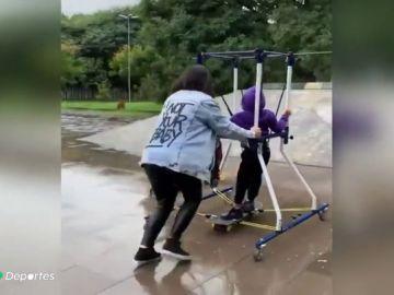 Una madre inventa un genial artilugio para que su hijo con parálisis cerebral pueda patinar