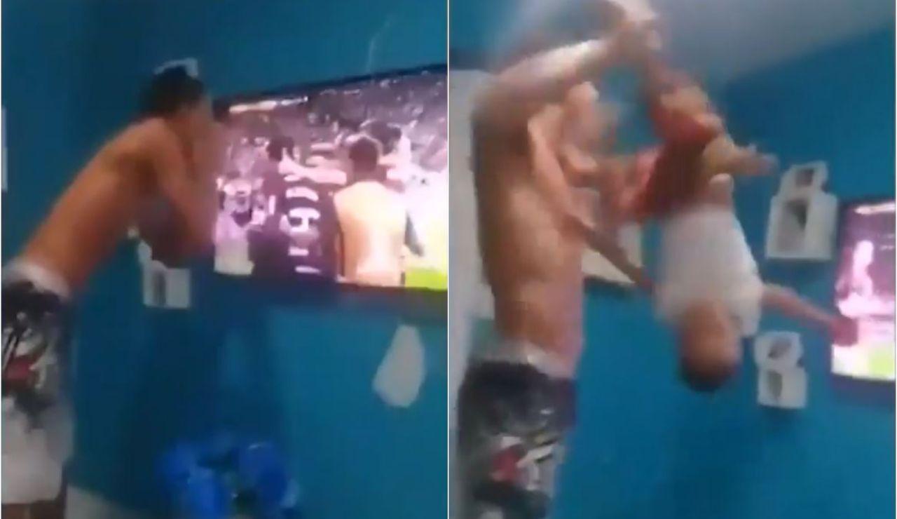 Un padre zarandea a su hijo para celebrar un gol de su equipo
