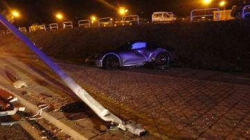 Rubén García, jugador de Osasuna, estrella su Porsche contra una farola