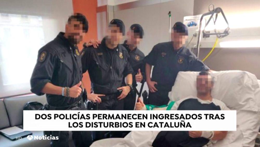 Un grupo de mossos visita a los agentes de policía heridos durante los disturbios en Barcelona