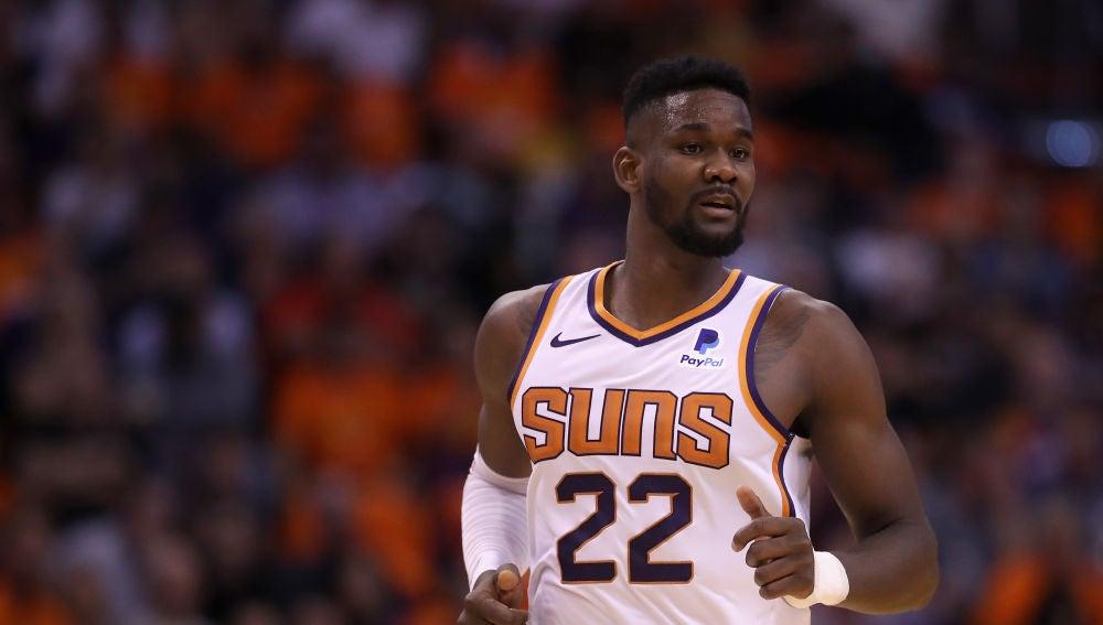 DeAndre Ayton durante un partido de los Phoenix Suns