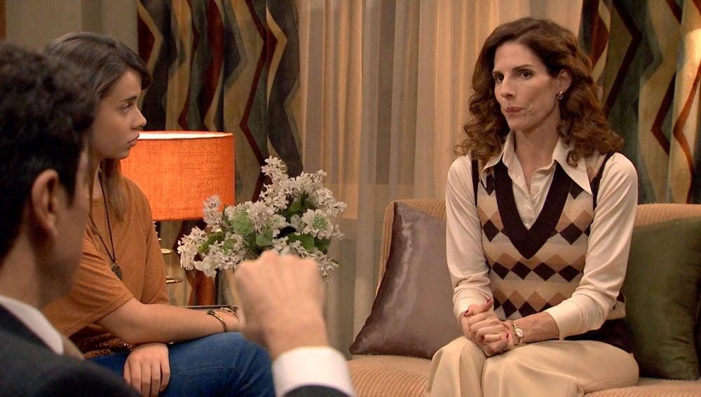 Julia le comunica a su familia que van a separarse