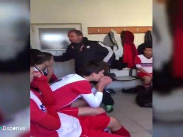 Sale a la luz el vídeo de un entrenador que abofetea brutalmente a todos sus futbolistas