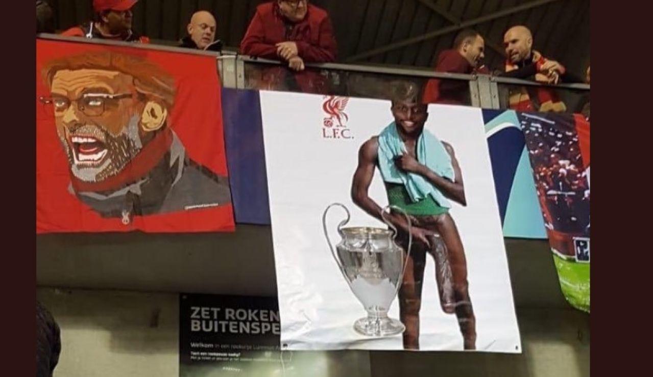 La pancarta de Origi desplegada en el estadio del Genk