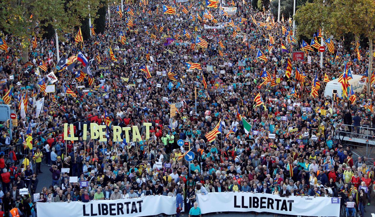 Miles de personas se concentran en la calle Marina de Barcelona