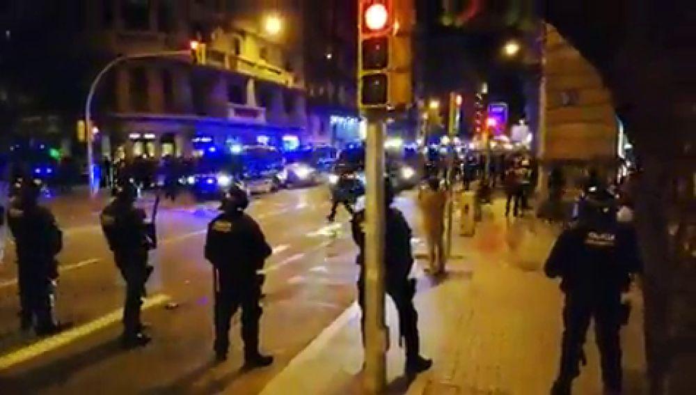 Fuerte dispositivo policial en Via Laietana donde se concentran miles de personas ante la Jefatura de Barcelona