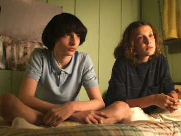 Finn Wolfhard y Millie Bobby Brown como Mike y Eleven en 'Stranger Things'