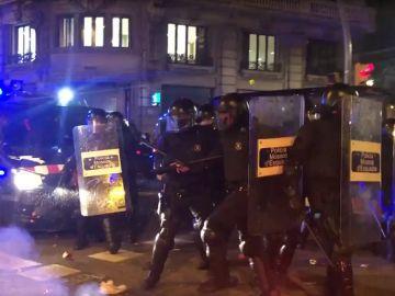 Imagen de los Mossos en las protestas de Barcelona