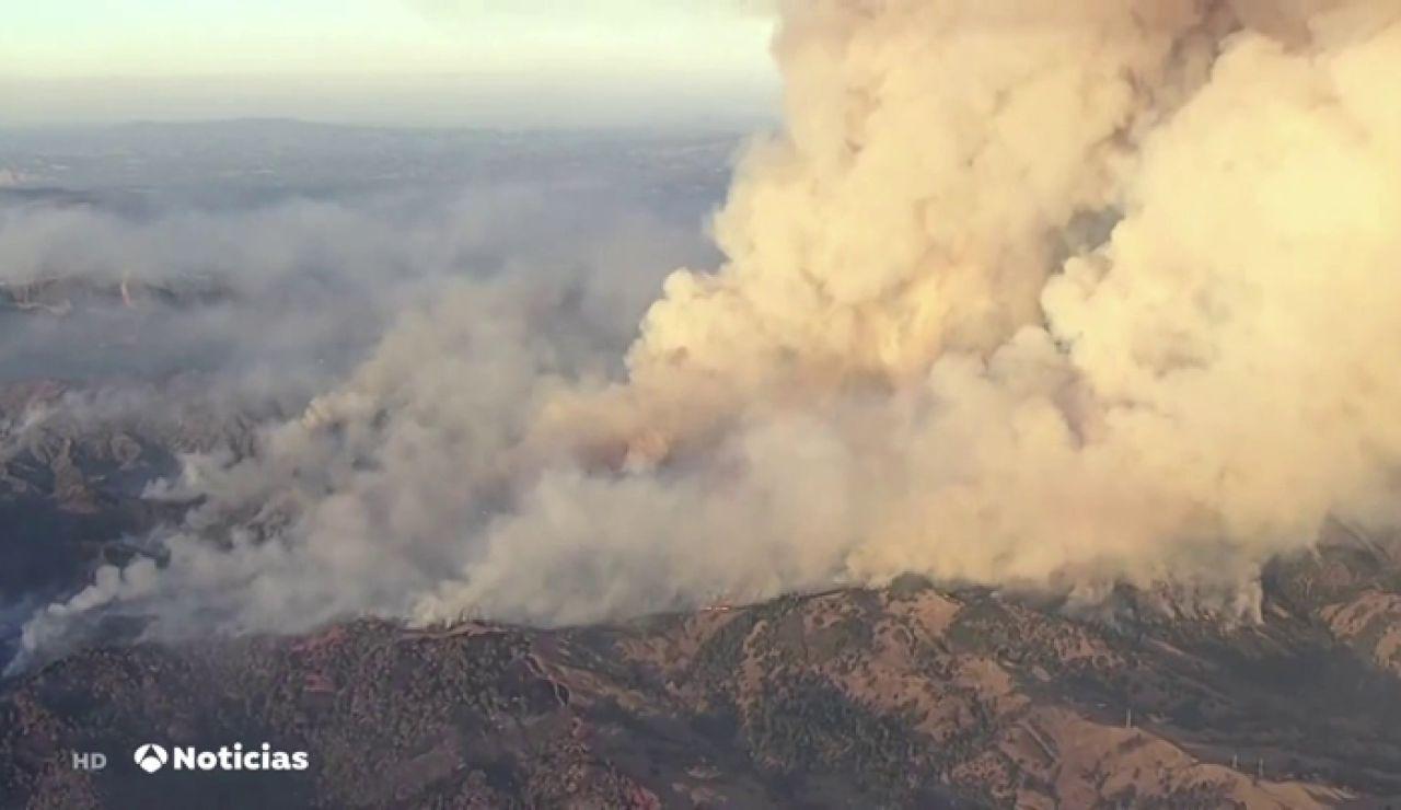 Fuertes vientos dificultan la extinción de los incendios que devastan California