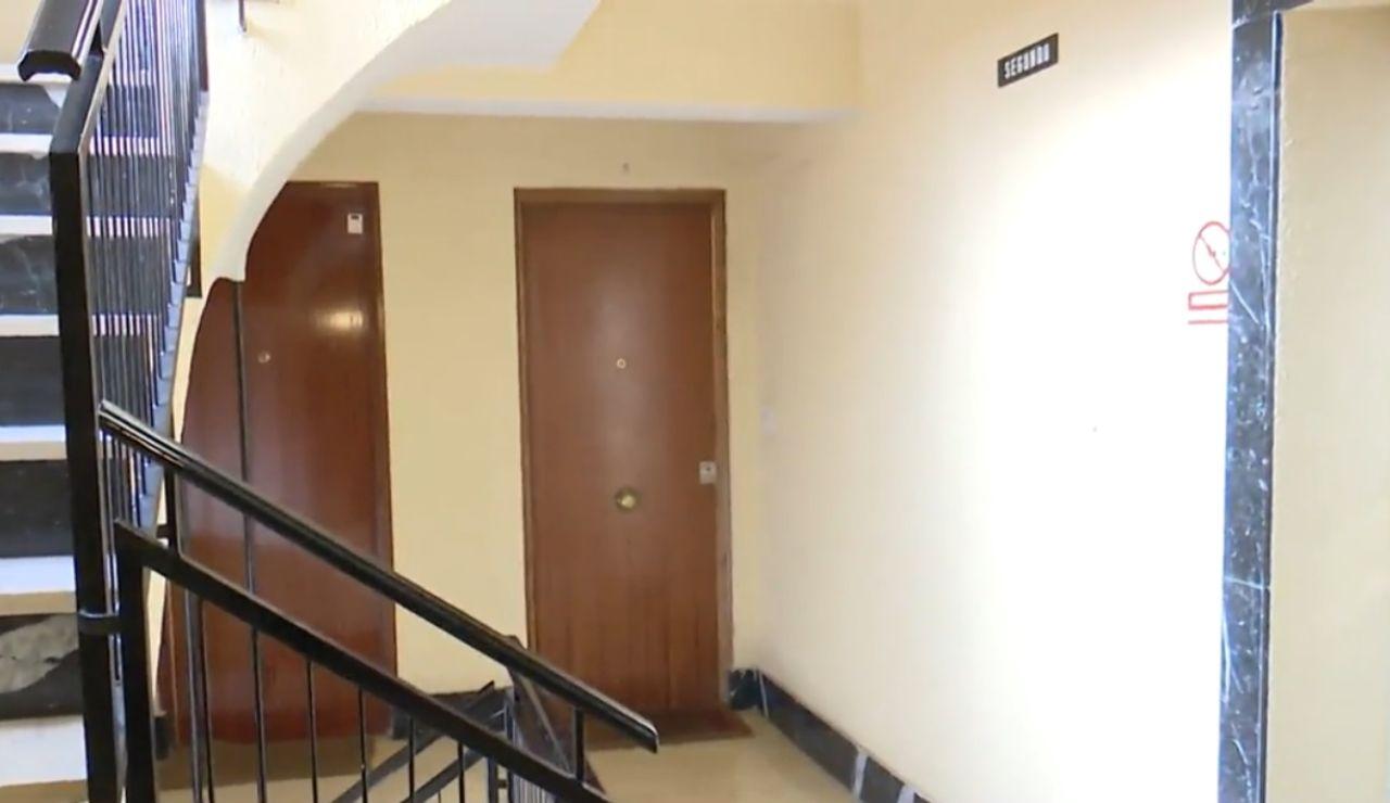 El portal de la vivienda donde fue hallada muerta la mujer en Madrid
