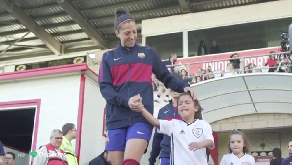 Antena 3 Deportes (27-10-19) Las lágrimas de una niña del Madrid al salir al campo de la mano de la capitana del Barcelona