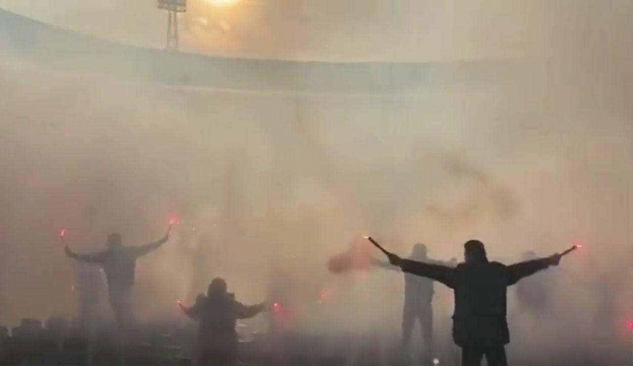 El espectacular recibimiento de los ultras del Ajax en el entrenamiento previo al clásico holandés