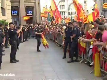 Un centenar de constitucionalistas aplaude a los policías frente a la Jefatura Superior en Barcelona