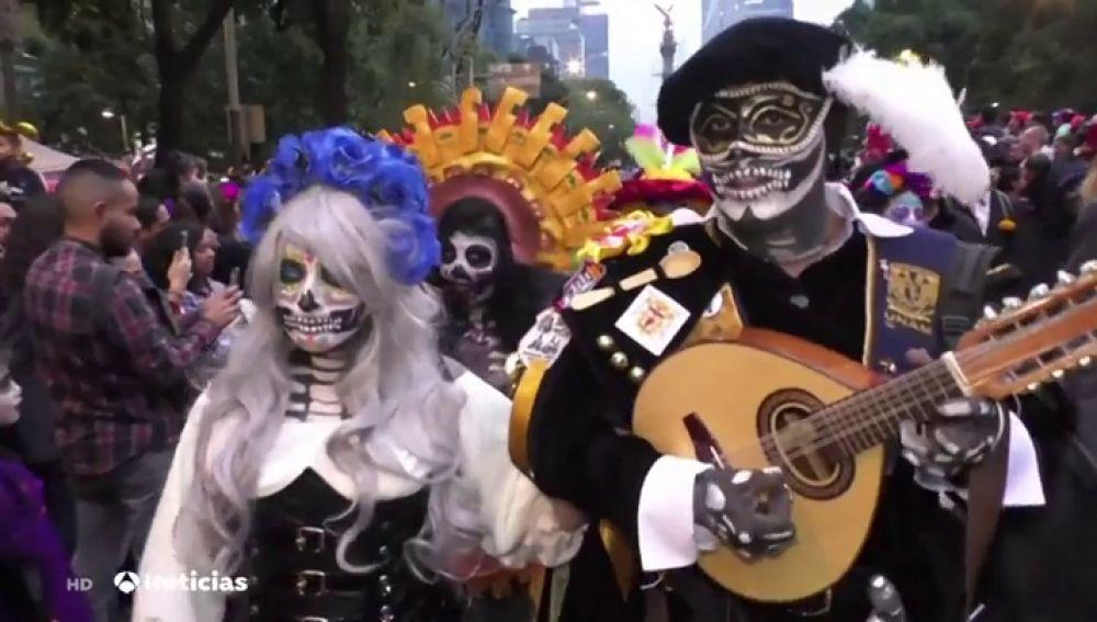 Miles de personas han desfilado para celebrar el Día de Muertos en México