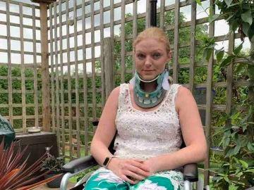 Rachel Pighills lleva collarín para evitar mover el cuello.