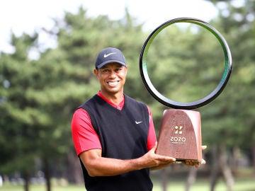 Tiger Woods alza el trofeo del ZOZO Championship