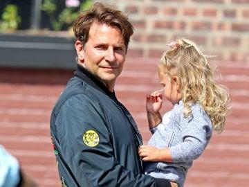 Bradley Cooper con su hija Lea