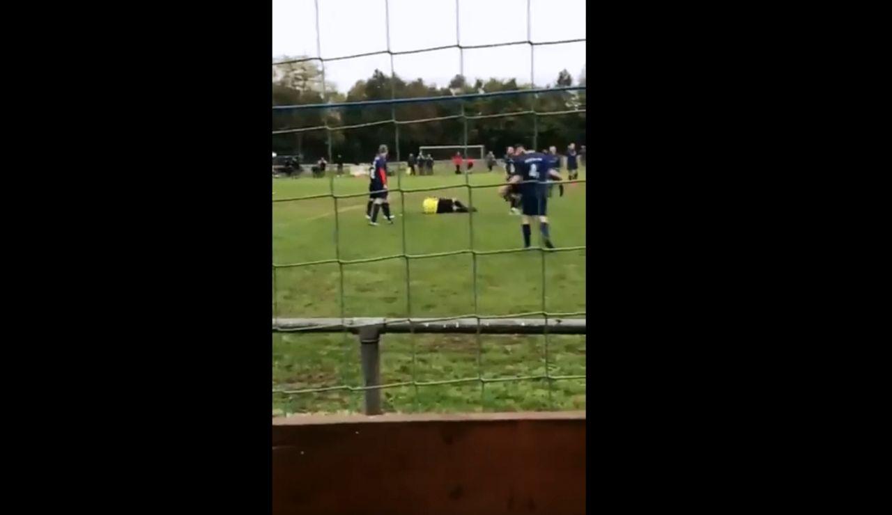 El árbitro agredido, inconsciente sobre el terreno de juego