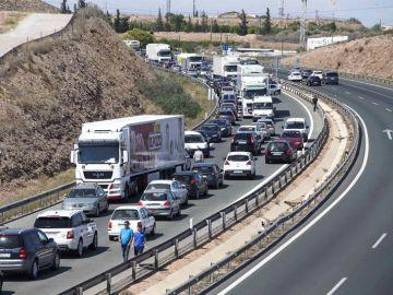 Imagen de archivo de un atasco en una autovía de España