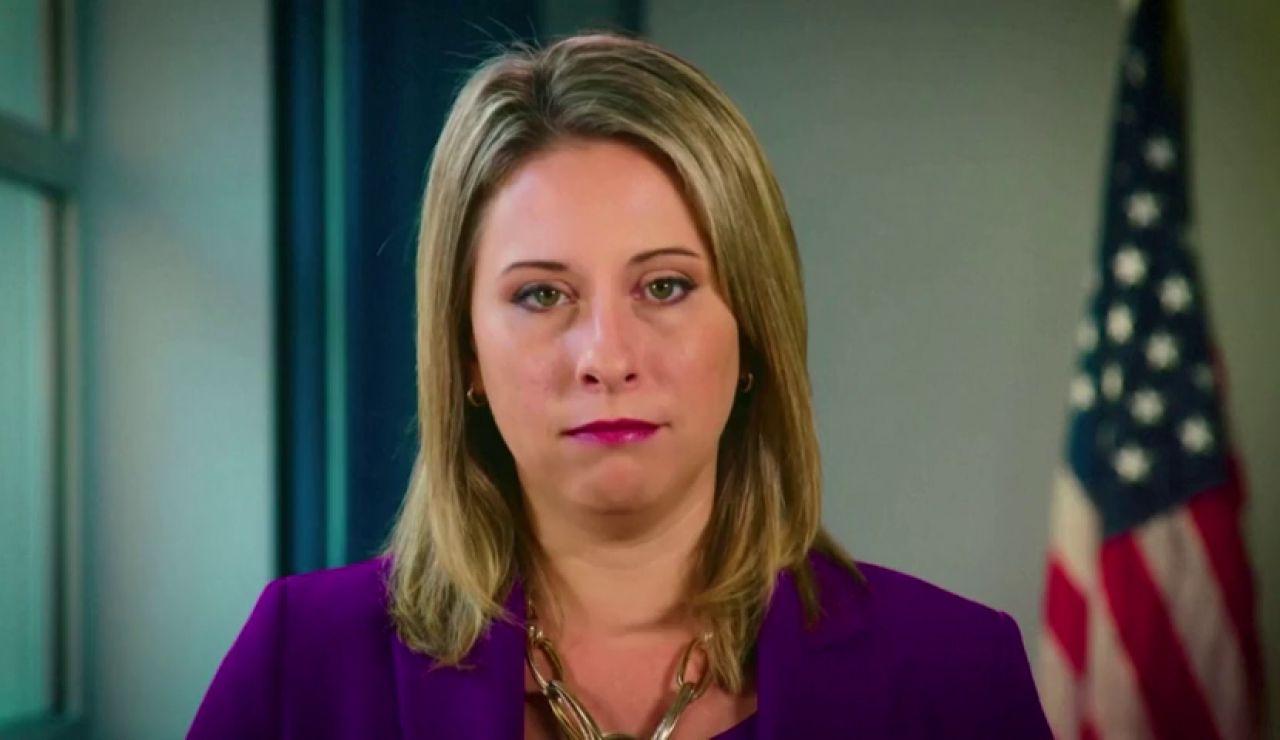 """""""Pornovenganza"""" contra una congresista bisexual de EE.UU. obligada a dimitir por supuestas relaciones con una compañera y un compañero de trabajo"""