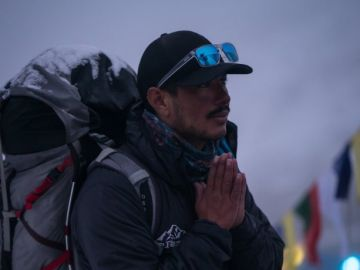 Nirmal Purja reza antes de un ascenso