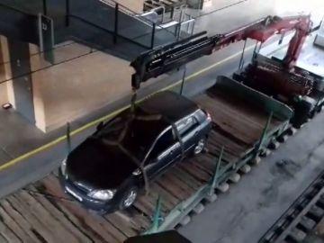 Un conductor despistado circula por la vía del tren hasta la estación de Santa Justa en Sevilla