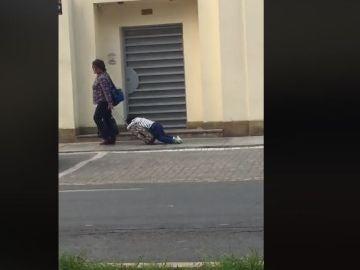 Una madre arrastrando a su hijo