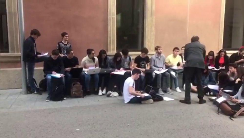 Piquetes independentistas interrumpen la clase en un patio de la Pompeu Fabra