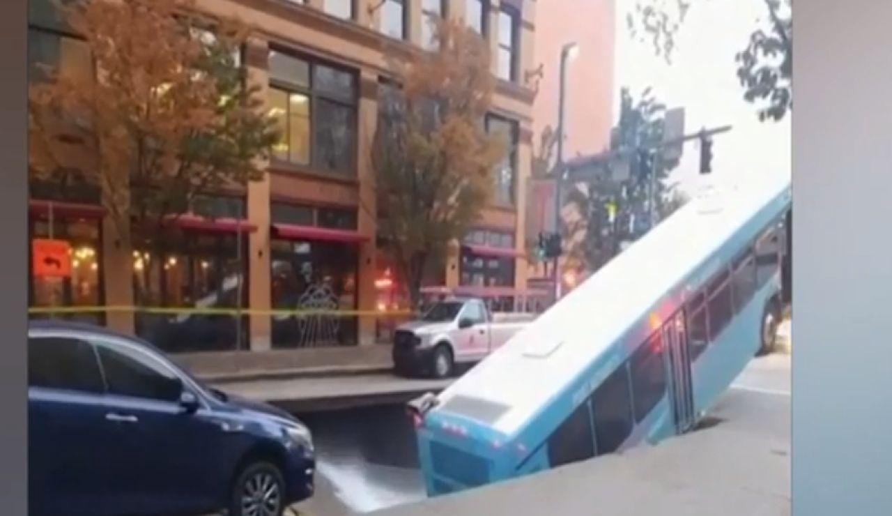 Cede la calzada y se traga un autobús
