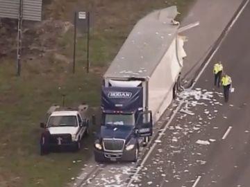 El choque de dos camiones deja cientos de cartas en la calzada
